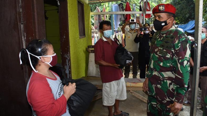 Kopassus Bagikan 2.000 Paket Sembako ke Warga Terdampak Covid-19