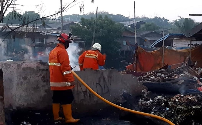 Kebakaran Hanguskan Lapak dan Perahu Nelayan di Cilincing, Kerugian Capai Rp100 Juta