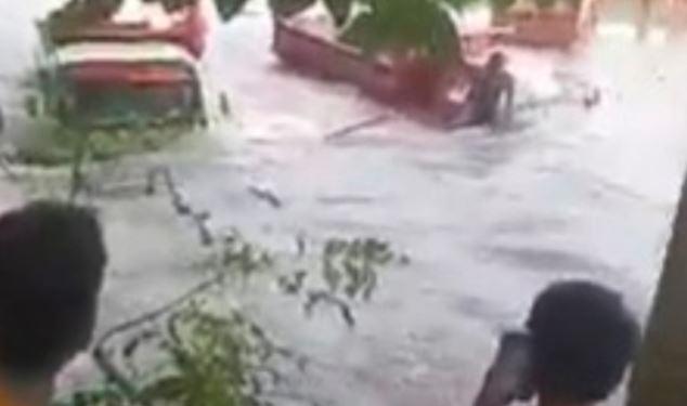 Sejumlah Kendaraan di Bone Terseret Arus Sungai, Jalur Poros Sinjai Lumpuh