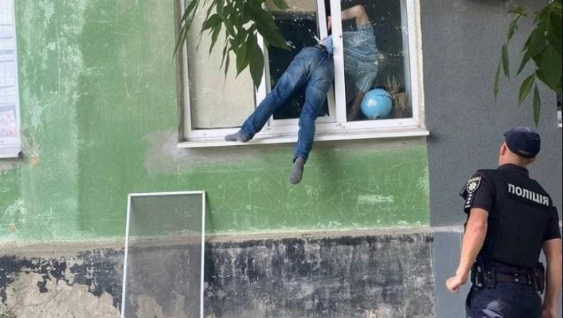 Niat Hati Goda Mantan Pacar, Pria Ini Malah Hampir Tewas Terjepit Jendela