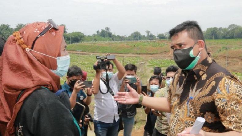Aksi Bobby Nasution Tenangkan Keluarga yang Menangis Sedih di Pemakaman Covid-19