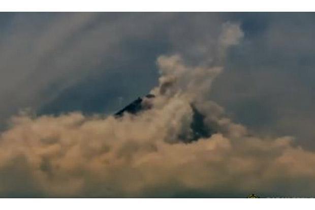 Hujan Abu Tipis Guyur Lereng Merapi