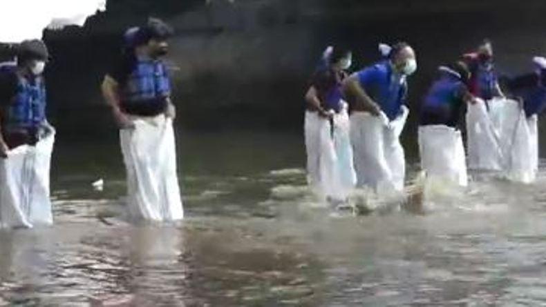 Semarakkan HUT RI, Mahasiswa di Solo Gelar Lomba Balap Karung di Sungai