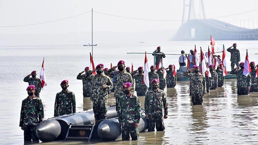 Marinir dan Masyarakat Pesisir Surabaya Berendam di Laut Ikuti Upacara HUT RI