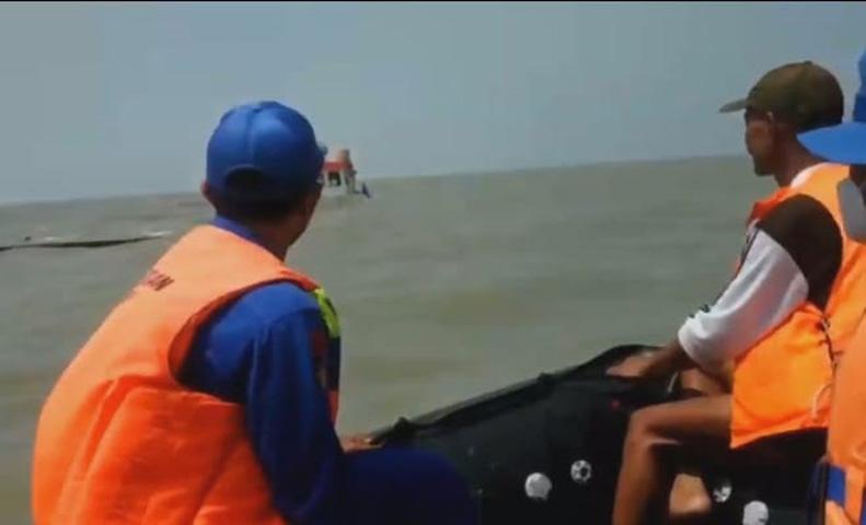 Dihantam Ombak, Kapal Pengangkut BBM Tenggelam di Perairan Banyutowo Pati, 7 ABK Selamat
