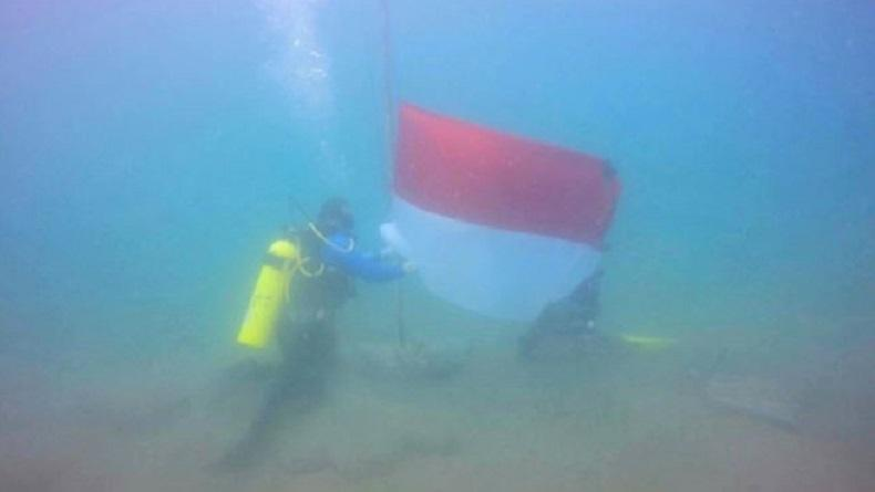 20 Penyelam TNI-Polri di Lhokseumawe Kibarkan Bendera Merah Putih di Dasar Laut