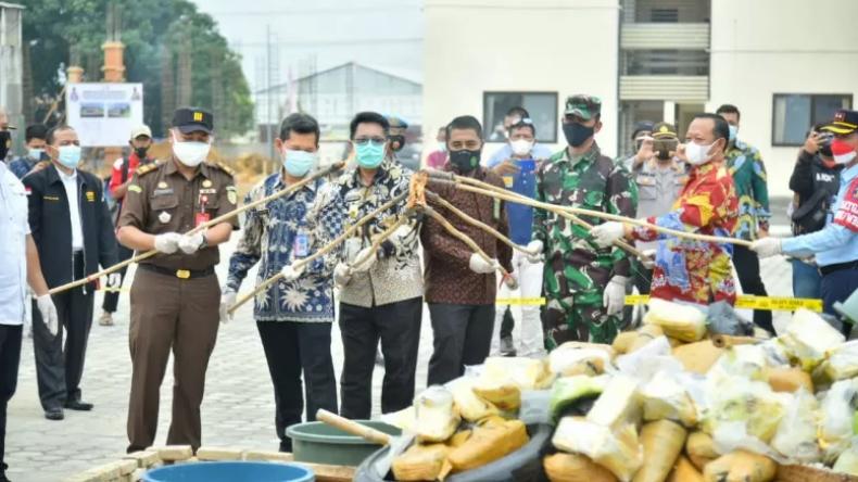 Musnahkan Barang Bukti Kejahatan, Kapolda Lampung Bakar Ganja, Sabu dan Ekstasi