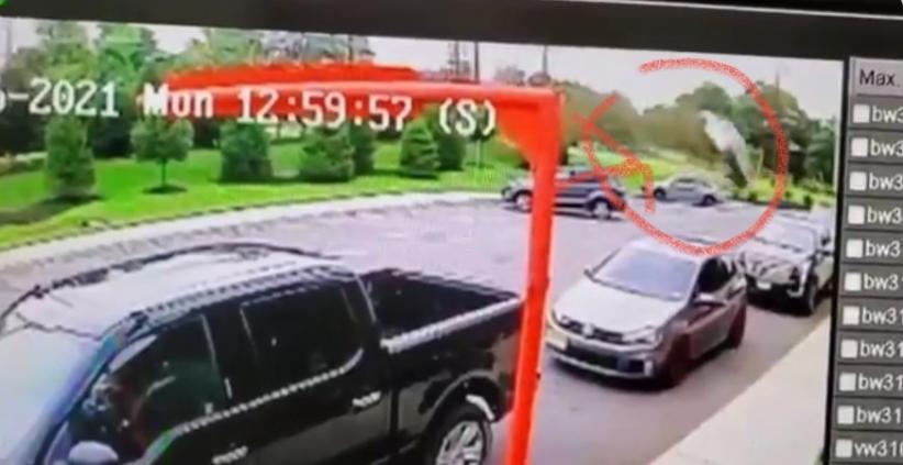 Viral Mobil Terguling Nyaris Menimpa Keluarga yang Sedang Makan di Restoran