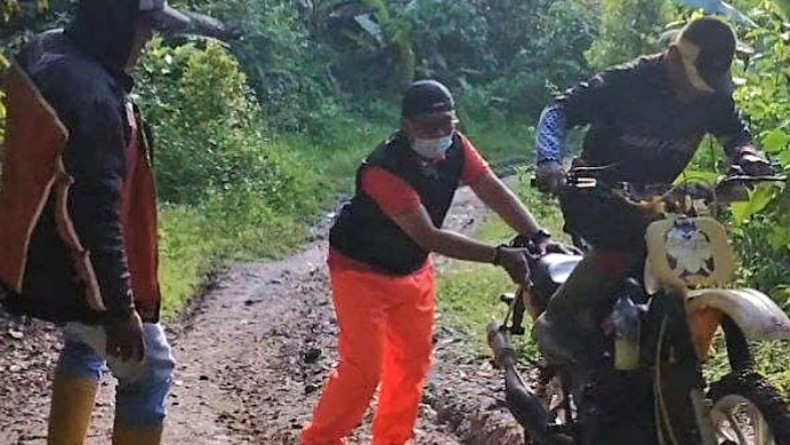 Salurkan BST di Daerah Terpencil, Kepala Kantor Pos Gorontalo Terobos Hutan Lindung