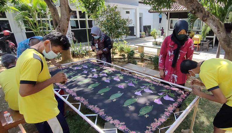 Mengintip Aktivitas Membatik Eks Pengidap Gangguan Jiwa di Panti Pangrukti Mulyo Rembang