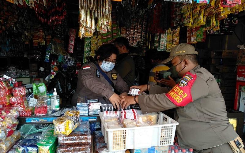 Ribuan Batang Rokok Ilegal Disita Petugas dari 2 Toko Grosir di KBB