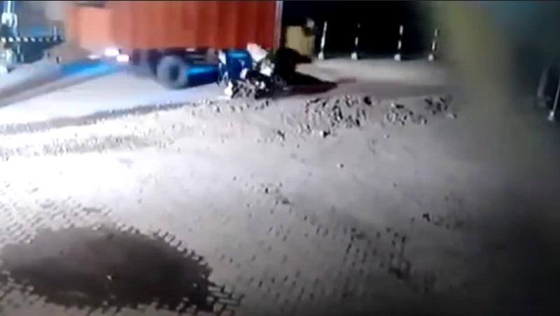 Ngeri, Penumpang Motor Tewas Terlindas Truk di Jombang Terekam CCTV