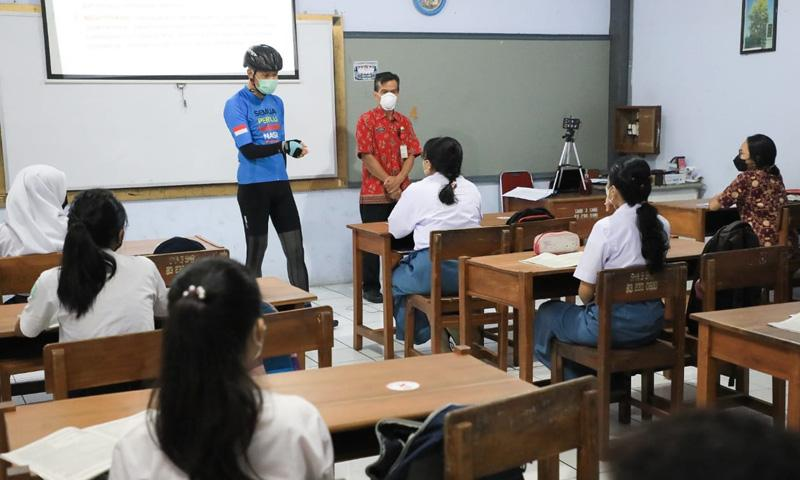 Ganjar Imbau Seluruh Sekolah Tak Wajibkan Siswa Pakai Seragam, Ini Alasannya
