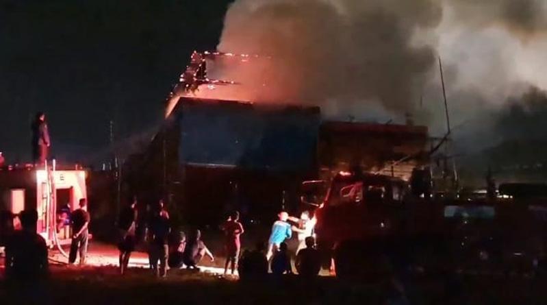 Kapal Nelayan di Pelabuhan Juwana Pati Terbakar, Diduga akibat Percikan Api saat Pengelasan