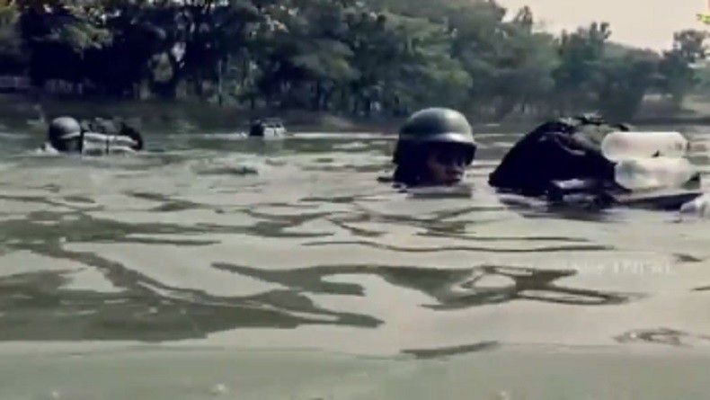 Jaga Naluri Tempur, Marinir Uji Coba Renang Hanya Gunakan Botol Air Mineral