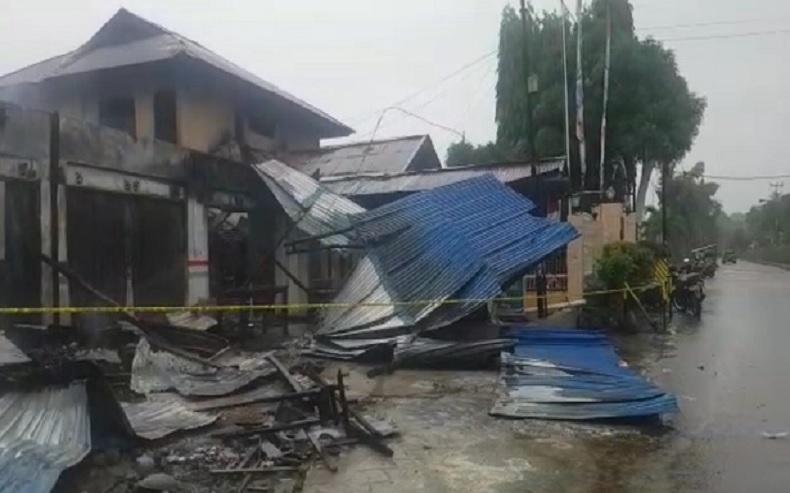 Kantor Polsek KP3 Udara Sentani Terbakar akibat Gedung di Belakangnya Dibakar Massa