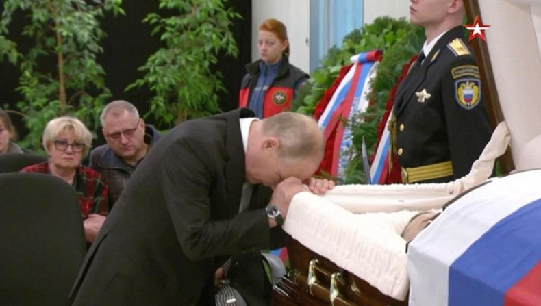 Menteri Daruat Rusia Tewas saat Menolong Juru Kamera, Presiden Putin Ratapi Peti Mati