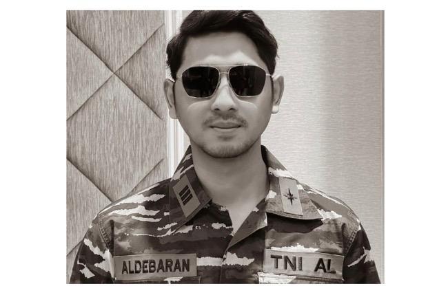 Arya Saloka Berpakaian ala TNI AL, Netizen Sebut Mirip Song Joong Ki