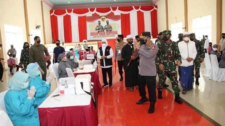 Tinjau Vaksinasi 114 Titik di Jatim, Kapolri-Panglima TNI Optimistis Target Tercapai