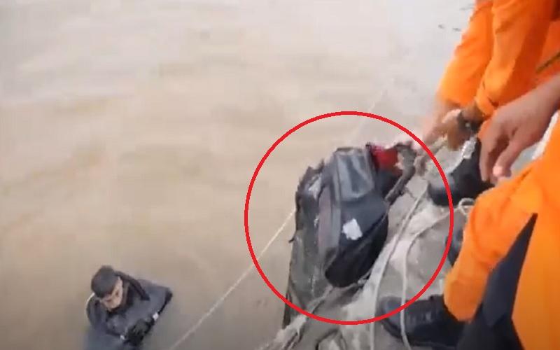 Tim SAR Temukan Dua Tas Diduga Milik Penumpang Truk Fuso Tercebur di Sungai Barito