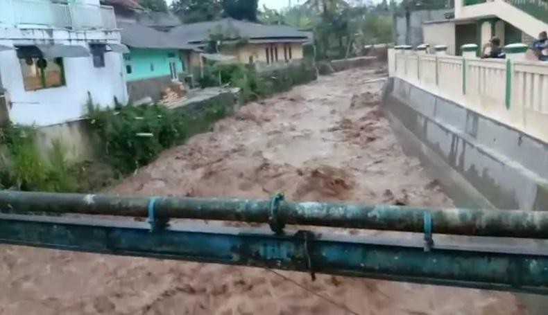 Curah Hujan Tinggi, Sungai Cibojong Sukabumi Meluap Ancam Rumah Warga