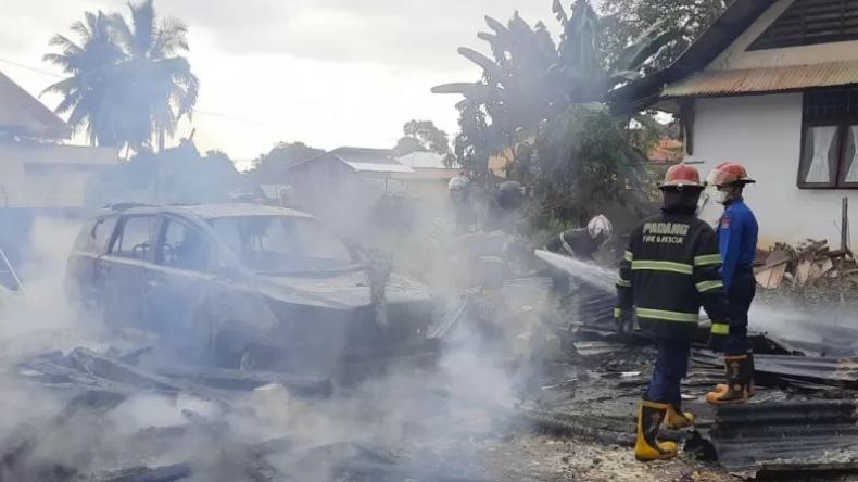 Garasi di UNP Padang Terbakar, 2 Mobil dan 1 Motor Hangus