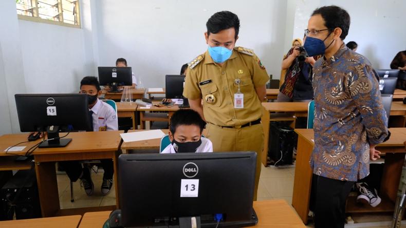Sidak ke Sekolah, Gibran Jumpai Ada Guru Tidak Pakai Masker saat Mengajar
