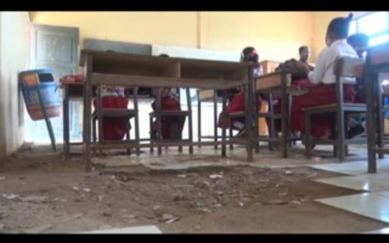 Potret Memprihatinkan Sekolah Rusak di Ogan Ilir, Lantai Berlubang Atap Menganga