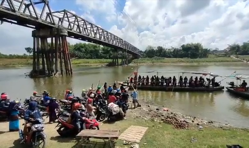 Jembatan Bojonegoro-Tuban Ditutup, Pemotor Seberangi Bengawan Solo dengan Perahu
