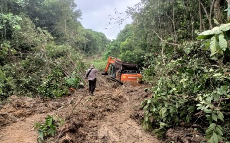 Operasi Penertiban Tambang Liar di Batu Harang, Tim Temukan Alat Berat Ditutup Terpal