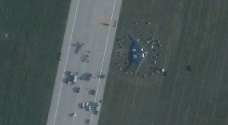 Roda Jatuh, Pesawat Pengebom Siluman Amerika B2 Spirit Kecelakaan saat Mendarat