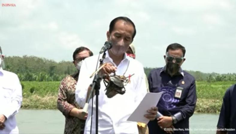 Tanam Mangrove bersama Warga Cilacap, Jokowi Dapat 2 Ekor Kepiting