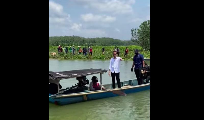 Penampakan Presiden Jokowi Naik Perahu Kayu Seberangi Sungai di Cilacap