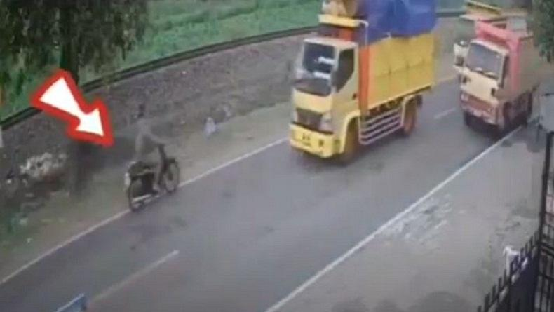 Terekam CCTV Truk Tabrak Pemotor hingga Tewas di Blitar, Korban Terlempar 10 Meter