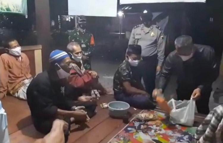 Bawa Oleh-Oleh Camilan, Polsek Kutowinangun Kebumen Sambangi Warga di Pos Ronda