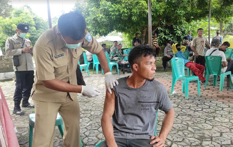 Tim Vaksinator Bangka Barat Berikan Vaksin Covid-19 ke Pekerja Tambang