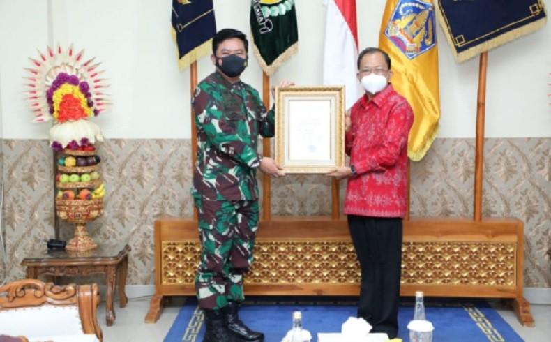 Panglima TNI Berikan Penghargaan Pelaksana PPKM Mikro Terbaik kepada Gubernur Bali