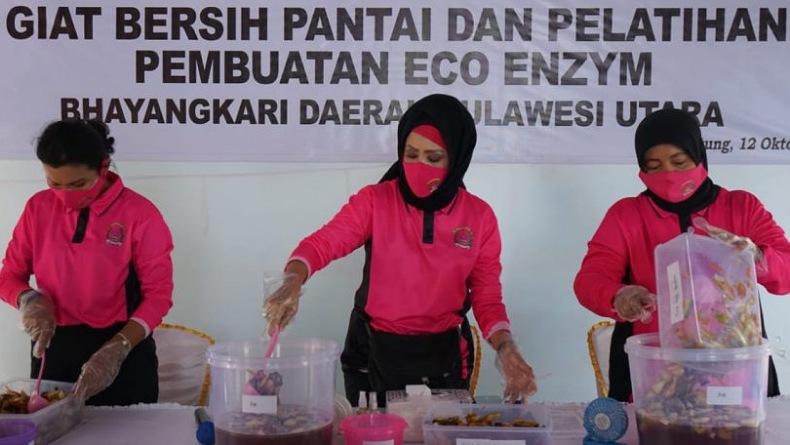 Bhayangkari Sulut Bersih-Bersih dan Berikan Pelatihan Pembuatan Eco Enzyme di Pantai Walet Bitung