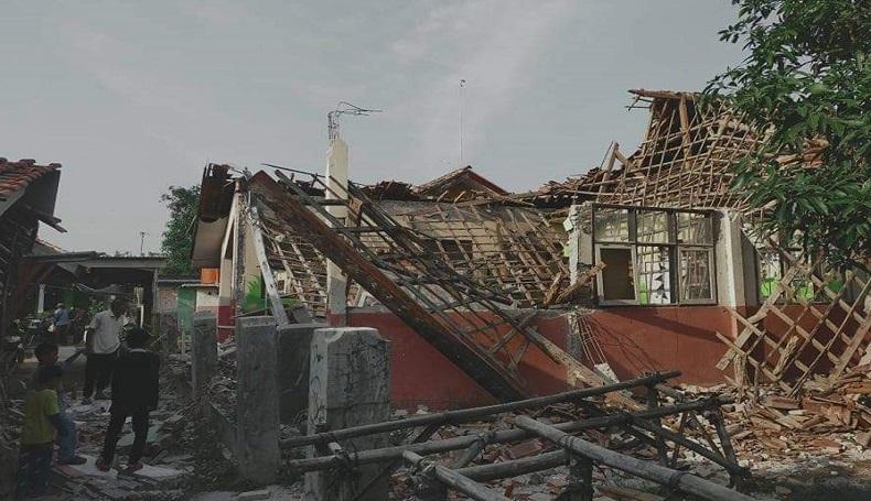 Atap Sekolah Lama Tak Diperbaiki, SDN Bayur Kidul 1 Karawang Akhirnya Roboh