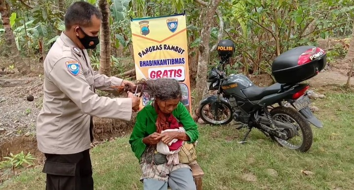 Kisah Unik, Bhabinkamtibmas Potong Rambut Gimbal Warga di Kebumen