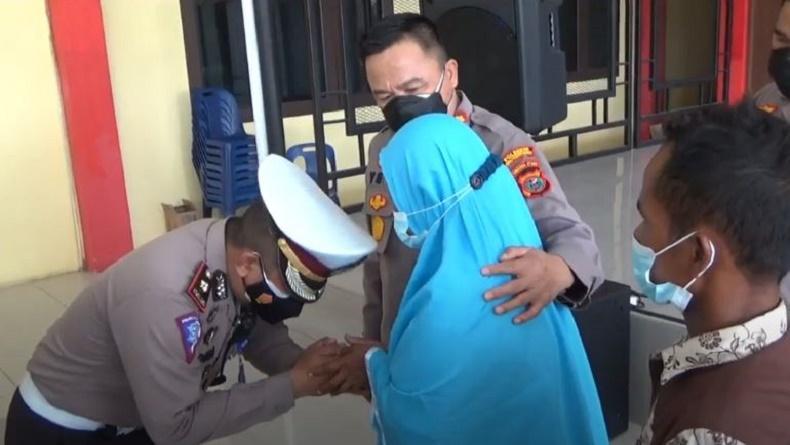 Rangkul Ibu Korban, Kapolresta Deliserdang Minta Maaf usai Viral Anggota Pukul Warga