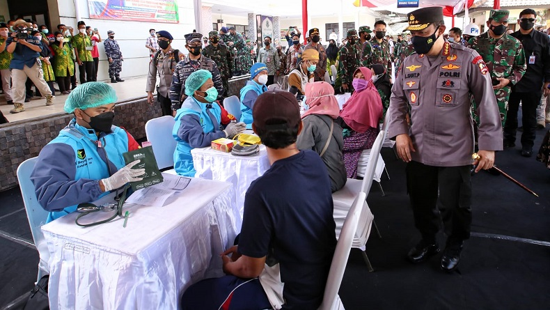 TNI-Polri Gandeng PCNU Banyuwangi Gelar Vaksinasi, Kapolri: Kita Kejar Target 70 Persen