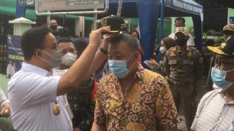 Aktif Sukseskan Vaksinasi Covid-19, Dua Ketua RW di Sunter Agung Dapat Hadiah Topi dari Anies