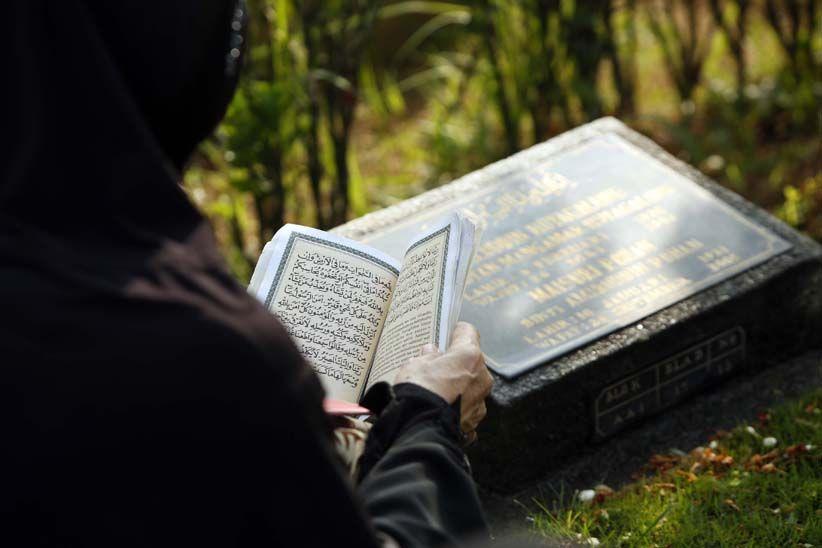 Susunan Lengkap Doa Ziarah Kubur Sesuai Sunnah dengan Artinya