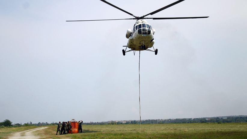 Heli MI-8 Lakukan Water Bombing Wilayah Terdampak Likuifaksi Sulteng