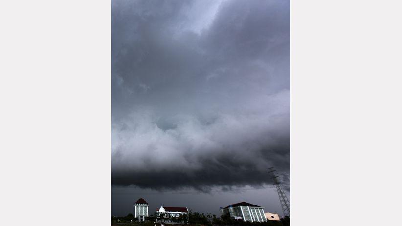 Awan Hitam Selimuti Kota Makassar, Waspada Dampak Cuaca Buruk