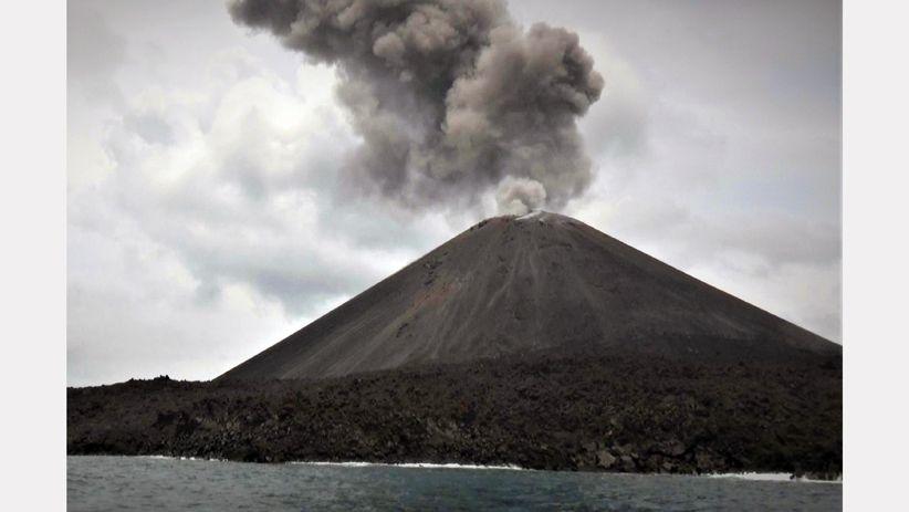 Gunung Anak Krakatau Meletus Muntahkan Abu Vulkanik Setinggi 300 Meter