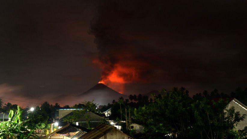 Hembusan Awan Panas Gunung Soputan Setinggi 1.500 Meter