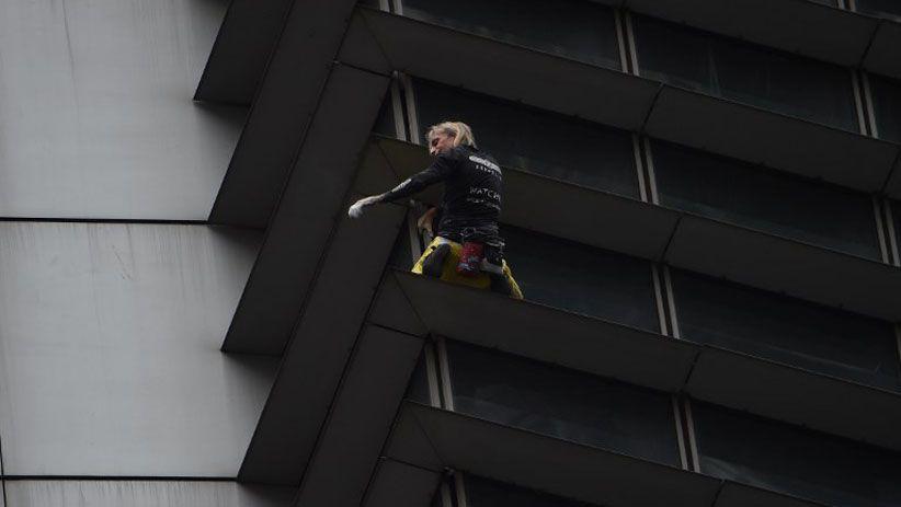 Aksi Menegangkan Spiderman Prancis Panjat Gedung Tertinggi di Manila
