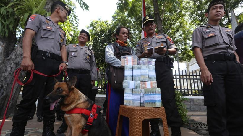 Cegah Peredaran Uang Palsu, Polisi Patroli di Tugu Pahlawan Surabaya